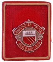 Nagy-Britannia 1965. Manchester United - Világkupa 1966 zománcozott, jelzett Ag jelvény kis tokban,  TAB gyártói jelzéssel. A fémjelek alapján Birmingham-i gyártmány. (3,54g/0.958/20,5x20,5mm) T:1-,2 Great Britain 1965. Manchester United - World Cup 1966 enamelled, hallmarked Ag badge in case, with TAB makers mark. According the hallmarks made in Birmingham. (3,54g/0.958/20,5x20,5mm) C:AU,XF