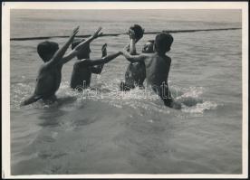 cca 1935 Kinszki Imre (1901-1945) budapesti fotóművész pecséttel jelzett, vintage fotóművészeti alkotása (Játék a vízben), 13x18 cm