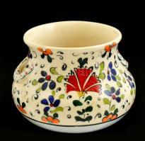 Virágmintás porcelán kis kaspó, kézzel festett, jelzett, apró kopásokkal, m: 7 cm