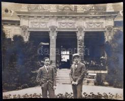 cca 1920-1930 Ifj. Kégl György és Jendrassik Kornél egy kastély előtt, hátoldalon feliratozott, pecséttel jelzett (Arany Filmlaboratorium) fotó, 24x29 cm