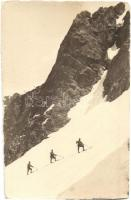 1916 Olasz front a hegyekben. Síjárőrök és az utánpótlás szállítására készült drótkötélpálya - 2 db fotó képeslap, WWI Italian front in the mountains, skiing patrols and cableway for transporting resupply - 2 photo postcards