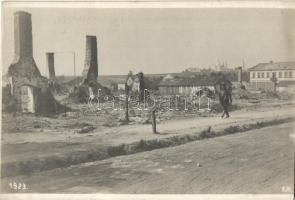 1916 Kholm, Cholm; Verbrannte Häuser in der Bahnhofstrasse. Originalfoto F. J. Marik / WWI burnt down houses on the street, 1916 Kholm, I. világháború, leégett/lerombolt házak