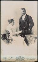 cca 1900 Mai Manó kabinetkép méretű fotója, verzóján a műterem rajzos képével 11x18 cm
