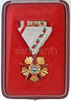 1957. Magyar Népköztársaság Érdemrendje zománcozott, aranyozott Br kitüntetés eredeti mellszalagon, miniatűrrel és szalagsávval, eredeti tokban T:1-,2 apró zománchibák / Hungary 1957. Order of Merit of the Hungarian Peoples Republic enamelled, gilt Br decoration with original ribbon, with miniature and thin ribbon, in original case C:AU,XF tiny enamel errors NMK 592.