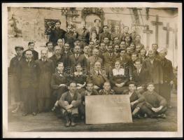1938 Nagy Gyula lakatosgyára a tulajdonosokat és a dolgozókat ábrázoló fénykép, háttérben a termékekkel 24x18 cm