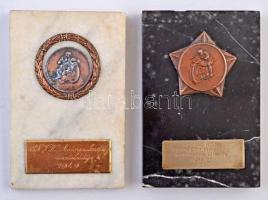 1949. 2db motoros díjérem, márványtalpon, az egyiken fém feliraton az M.Sz.H.Sz. Egri motoros szakosztály háztömbkörüli versenye 1949. V. 22. II. T:2,2- ph.
