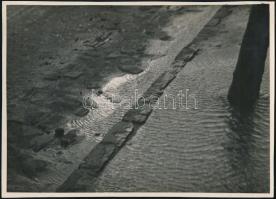cca 1932 Kinszki Imre (1901-1945) budapesti fotóművész cím nélküli, pecséttel jelzett, vintage fotóművészeti alkotása, 12,5x17,5 cm