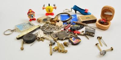 Vegyes kis bolha tétel: bicskák, kulcstartó, játék, stb.