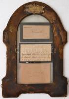 cca 1880-1890 Kossuth Ferenc (1841-1914) három, saját kézzel írt soraival beírt névjegykártyája. Egyiken részvétet nyilvánít, két másikon egy képviselőnek kíván jobbulást balesete után. Egyedi, bőrborítású keretben, fém domborművel. 20x26 cm