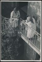 cca 1933 Kinszki Imre (1901-1945): Beszélgetés, pecséttel jelzett vintage fotóművészeti alkotás, 16,5x11,5 cm