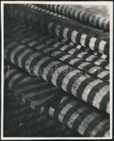 cca 1933 Kinszki Imre (1901-1945) budapesti fotóművész pecséttel jelzett, Gerendák c. vintage alkotása, 16x13 cm