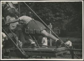 cca 1936 Kinszki Imre (1901-1945) budapesti fotóművész pecséttel jelzett, Játszótéren c. vintage alkotása, 13x17 cm