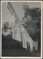 cca 1932 Kinszki Imre (1901-1945) budapesti fotóművész pecséttel jelzett, Nagymosás c. vintage alkotása, 18x13 cm