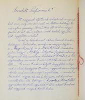 1919 május 11. dr. Lechner Károly orvosprofersszornak, a kolozsvári egyetem dékánjának írt levél tanítványaitól, a román megszállás alkalmából. A kézzel írott levélben hazafias hangon biztosítják együttérzésükről és kitartásra biztatják. Hozzá idézettel díszített nemzetiszín szalag a megszállás dátumával. A levél igényes aranyozott vászon kötésben. 21x26 cm