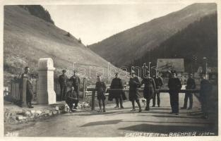 Brennero, Brenner (Südtirol); Grenzstein / border between Italy and Austria with border guards