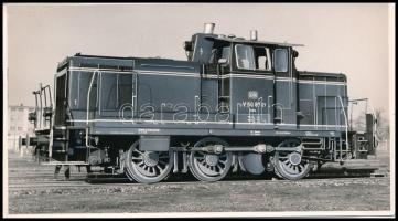 cca 1956-1964 DB V 60 874 típusú mozdony, retusált sajtófotó, pecséttel jelzett, 9,5×18 cm / DB Class V 60 German diesel locomotive