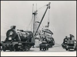 1953 Az Egyiptomi Államvasutak részére gyártott MÁVAG 1D mozdonyok behajóztatása, feliratozott sajtófotó, későbbi előhívás, 13×17,5 cm / MÁVAG 1D locomotives for Egypt, press photo, later copy