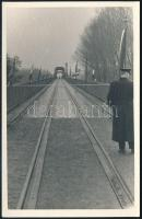 1958 A kiskörei Tisza híd helyreállított vágányának forgalomba helyezési ünnepsége, hátoldalon feliratozott fotó, 14×9 cm