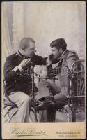 cca 1900 Párbeszéd, keményhátú fotó Hajdú Sándor marosváráhelyi műterméből, 10,5×6,5 cm