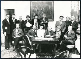 Weöres Sándor (1913-1989), Károlyi Amy (1909-2003), más írók társaságában. Wonke Rezső pecséttel jelzett fotója 18x13 cm