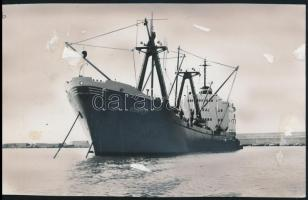 cca 1988 MAHART Budapest nevű magyar tengerjáró hajó, mely speciális szállítmánnyal (fegyverrel) megrakodva indult Iránba, retusált sajtófotó, felületén ragasztásnyomokkal, 11×18 cm