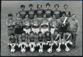 1977 A BKV Előre futballcsapatának csoportképe, Daczó József vezérigazgatónak címezve, sok aláírással, 12×17 cm