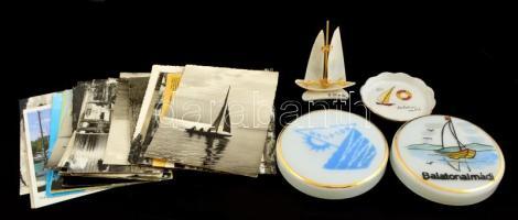 Vegyes balatoni emléktárgy tétel: 3 db üveg és porcelán tálka, vitorlás asztaldísz, mini leporelló, 30 db képeslap