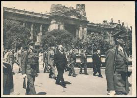 1947 Dinnyés Lajos miniszterelnök katonai kísérettel, Úrnapi körmenetben a Szabadság téren Alberty Antal fotója 13x8 cm