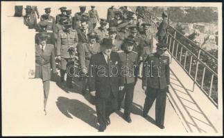 1947 Dinnyés Lajos miniszterelnök katonai kísérettel, a Szabadság szobor koszorúzásánál. Alberty Antal fotója 13x8 cm