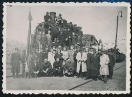 1945 Katonák és civilek sérült mozdonnyal, csoportkép, fotó, 6×8 cm