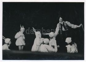 cca 1936 Leichtner Erzsébet vintage fotója Szentpál Olga gyermek mozgásművészeti csoportjának tagjairól, pecséttel jelzett vintage fotó, 16,5x11,5 cm