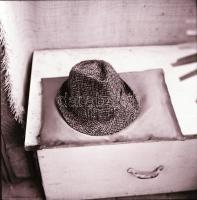 1967. október 5., Kibédi Ervin (1924-1997) színészről és legendás kalapjairól készült fotóriport, Kotnyek Antal (1921-1990) budapesti fotóriporter hagyatékából 30 db vintage negatív, 6x6 cm