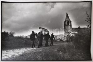 cca 1980 Szent Mihály lován, Kereskedő Sándorné vintage fotóművészeti alkotása, feliratozva, 27x40 cm
