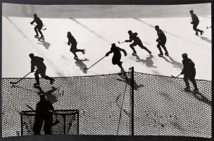 cca 1968 Gebhardt György (1910-1993) budapesti fotóművész hagyatékából, a szerző által feliratozott vintage fotóművészeti alkotás (Küzdelem a korongért), 25x39,5 cm