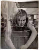 cca 1940 Szabó Lajos (?-?) újpesti fotóművész hagyatékából, pecséttel jelzett vintage fotóművészeti alkotás (Selyemszövő), 30x24 cm