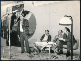 cca 1970-1980 Csukás István (1936-?) író egy kerekasztal beszélgetésen, fotó, 12x16 cm