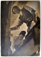 cca 1960 Gisser Gyula (1901-1986): Munka közben, jelzés nélküli feliratozott vintage fotóművészeti alkotás, kartonra kasírozva, a Budai Fotó- és Filmklub pecsétjével, széleken kopásnyomokkal, 39,5x28 cm