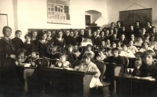 ~1920 Kalocsa, leány iskola tanterme tanulókkal. Madarász Dezső felvétele, csoportkép. group photo (fl)
