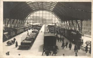 Bergen, stasjon / Bahnhof / railway station interior with locomotives (EB)