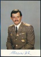 Magyari Béla (1949-2018) űrhajós aláírt fotója