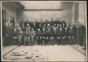 cca 1930 Móricz Zsigmond (1879-1942) egy azonosítatlan csoportképen, fotó, a két sarkánál törésnyommal, 17x24 cm