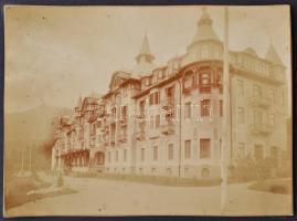 cca 1900 Tátralomnic, környékről, épületekről készült 12 db fotó, albumba rendezve, albumlapról lejárnak a képek, 10,5×16 cm