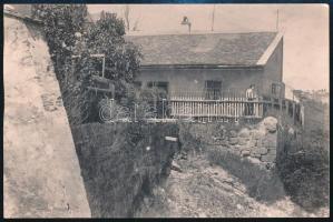 cca 1920 Grexa Gyula (1891-1977): Tabán, Kőműves utca vége, fotó, a hátoldalán feliratozva, Grexa Gyula fotó, 9x13 cm