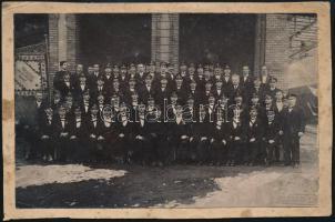 A Törekvés Dalkör csoportképe, kartonra ragasztott fotó, Diskay műterméből, hidegpecséttel jelzett, 11×17 cm