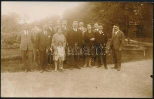 1929 Harkányfürdő, csoportkép a fürdő vezetőségével és más ismert emberekkel, pl. Huszár Károly volt miniszterelnök, Pekár Mihály egyetemi tanár, fotó hátoldalon részletes leírással, 9×14 cm