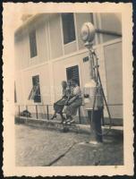 1927 Merano (Meran, Dél-Tirol), benzinkút, hátoldalon feliratozott fotó, 9×6,5 cm / Merano ( South Tyrol), petrol station