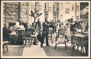 cca 1925 Lillafüred, érdekes fotó a palotaszálló teraszán játszó zenekarról és szállóvendégekről, hátoldalon pecsételt fotó, 9×13,5 cm