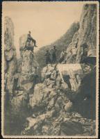 1930-1940 A festő munka közben, fotó, Kádár György (1912-2002) Kossuth-díjas festő, grafikus, főiskolai tanár hagyatékából, kis szakadással, 17x12 cm.