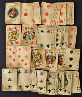 2 pakli francia kártya (2 x 52+2 lapos), valamint egy pakli magyar kártya (32 lapos)