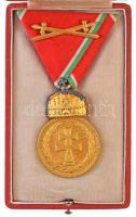 1922. Magyar Koronás Bronzérem hadiszalagon, kardokkal aranyozott Br kitüntetés mellszalagon, peremén BRONZ jelzés, eredeti dísztokban T:1-,2 aranyozás kopott a koronán Hungary 1922. Hungarian Bronze Medal with the Holy Crown with swords on war ribbon gold plated Br decoration with ribbon, with BRONZE mark on edge, in original case C:AU,XF gold plating worn on crown NMK 415.
